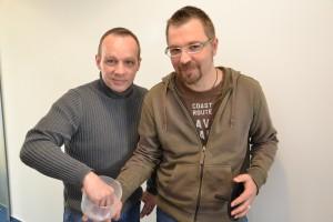 Frank G. (links im Bild) zieht das große Los! Rechts der glückliche Autor.
